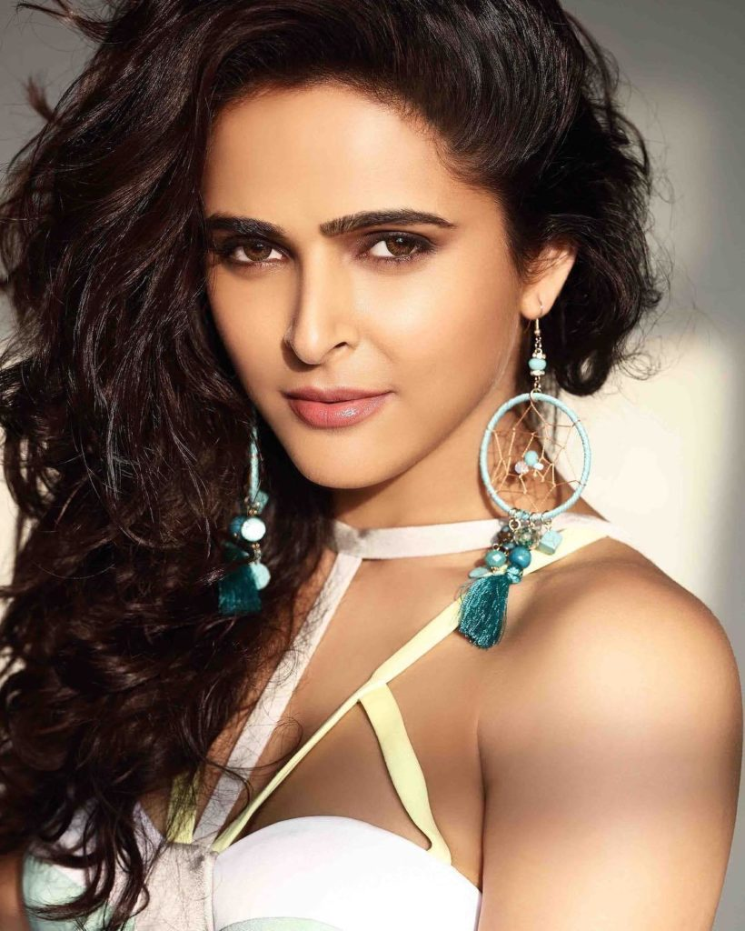 Madurima Tuli Biography,Family,Boyfriends,Madhurima Tuli Bigg Boss 13
